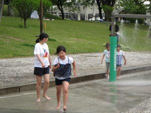 バラより水遊び バラを見に来たのに、水遊びのほうが好きでした。