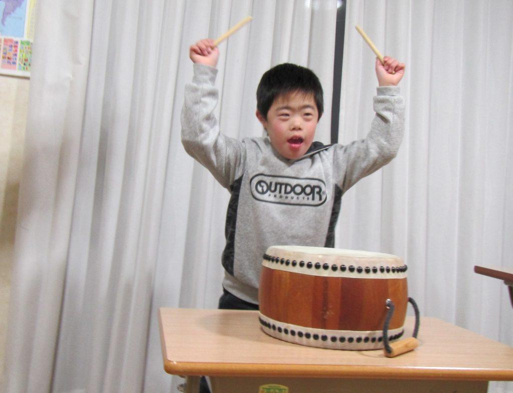 デイリープログラム 今日は太鼓の練習です。