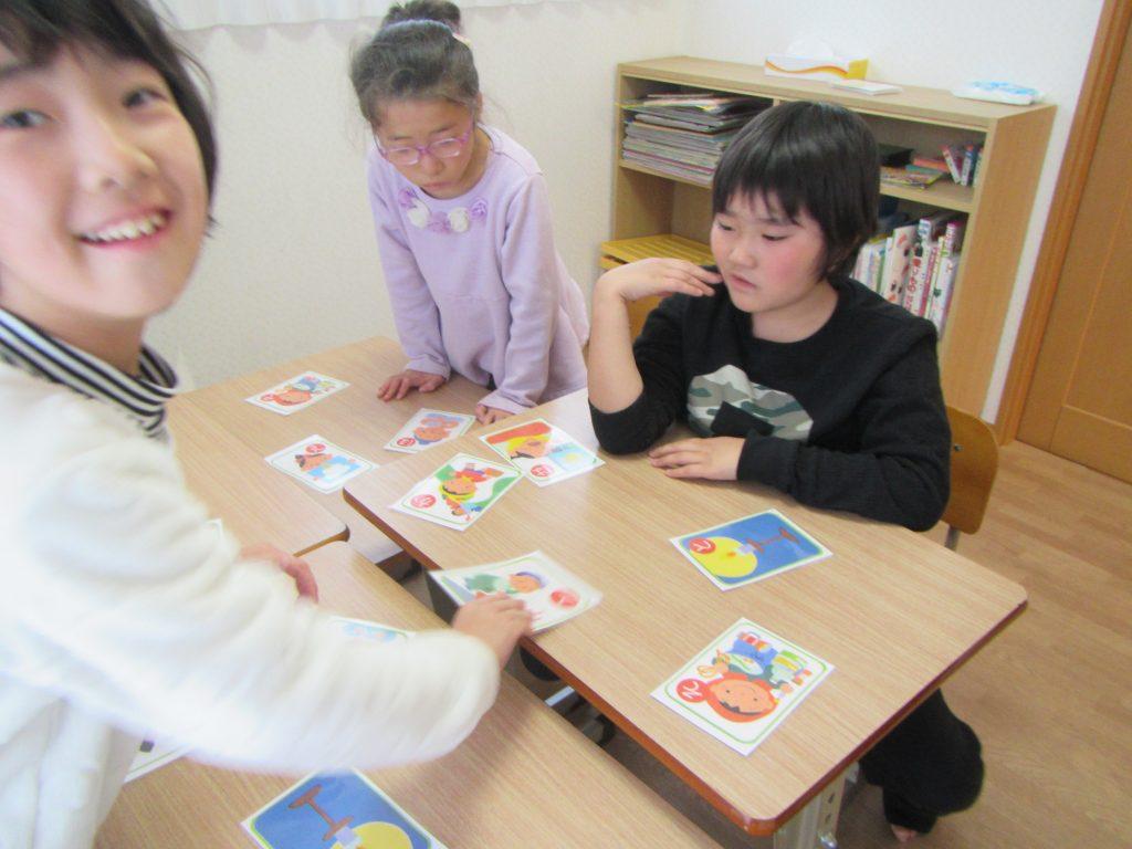 デイリープログラム カルタで遊ぼう、同じえ絵カードが数枚あるから、みんなが取れるよ。