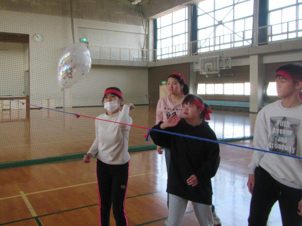体育館で運動ゲーム 風船バレーで体を動かそう。