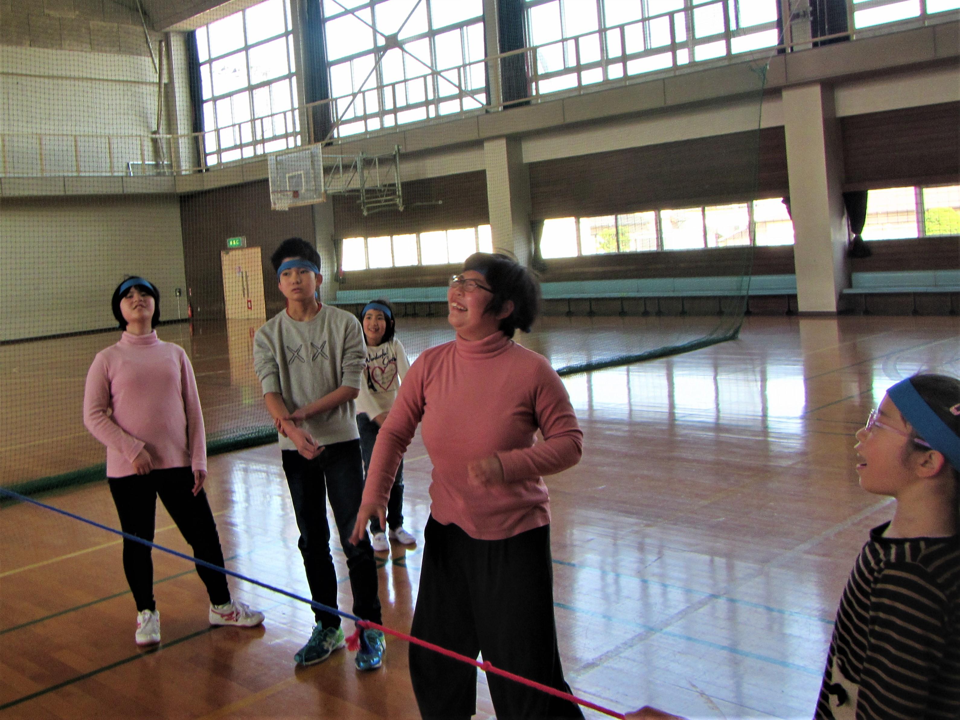 体育館で運動ゲーム 風船バレーはみんな夢中。