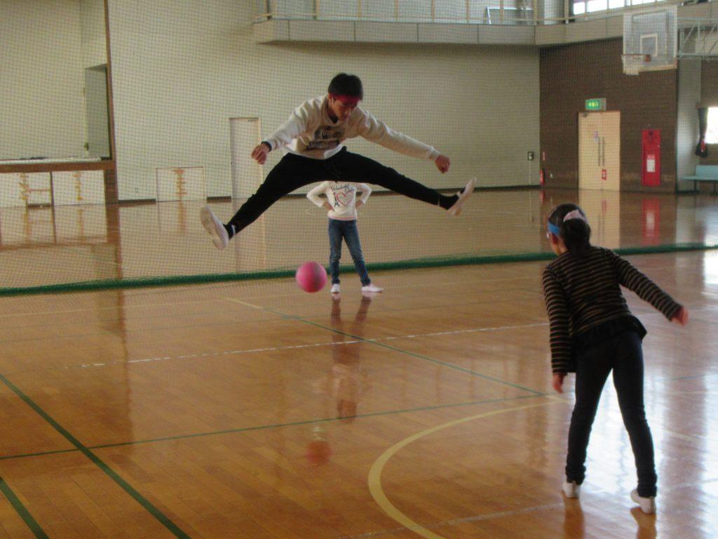 体育館で運動ゲーム ドッジボール、すごい!!