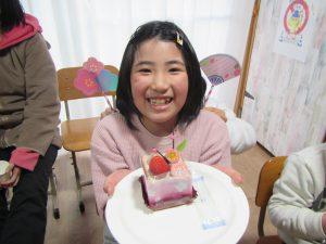 今日はひな祭り ケーキを食べてお祝いしよう。