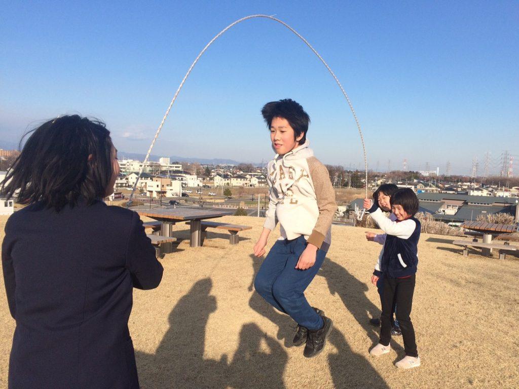 公園で遊ぼう マリーゴールドの丘、みんなで縄跳び。