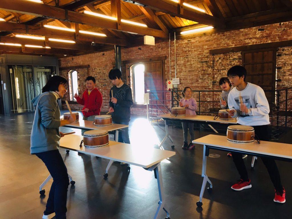 レンガ倉庫で活動 太鼓の練習、思いっきり叩こう!!