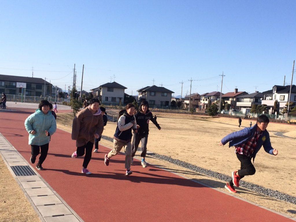 公園で遊ぼう 青空パーク、みんなで競争。