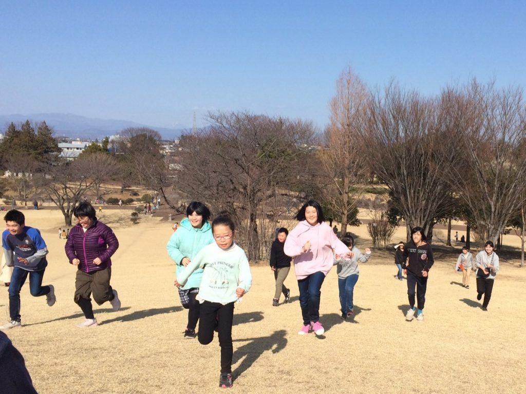 公園で遊ぼう いせさき市民のもり公園、丘の頂上までダッシュ!!