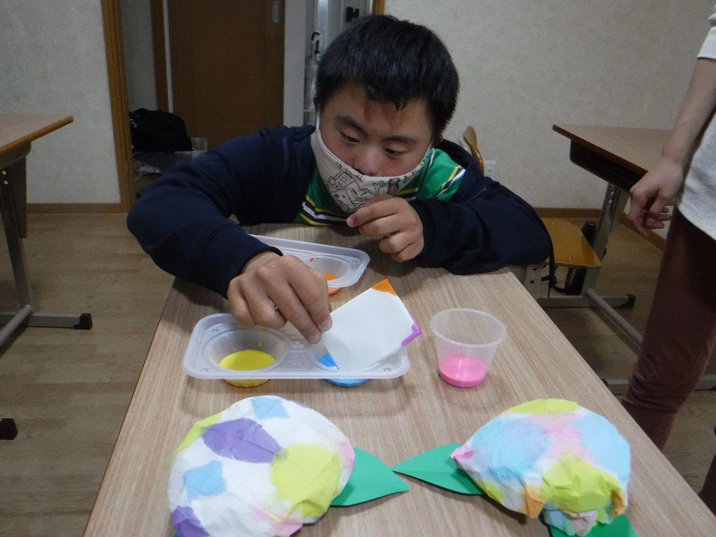 室内活動 あじさいを作ろう、紙を染めてみよう。