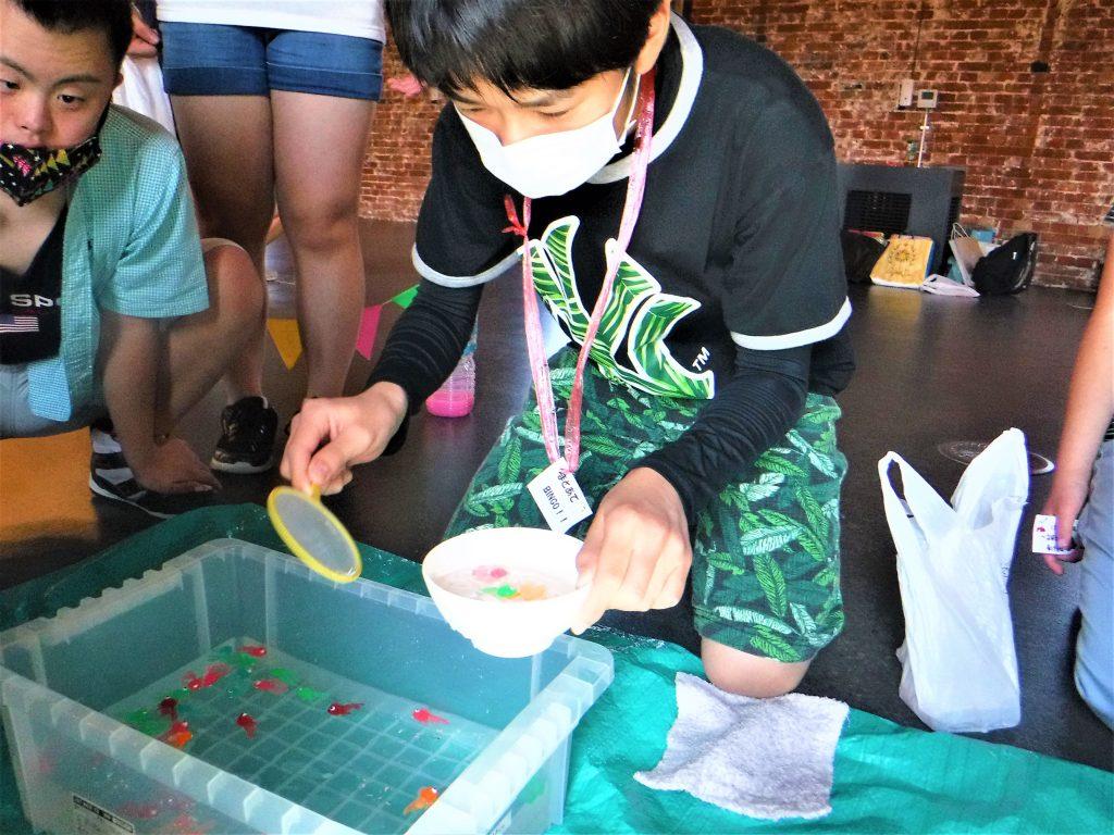 夏祭り 金魚すくい、紙が破けないようにね。