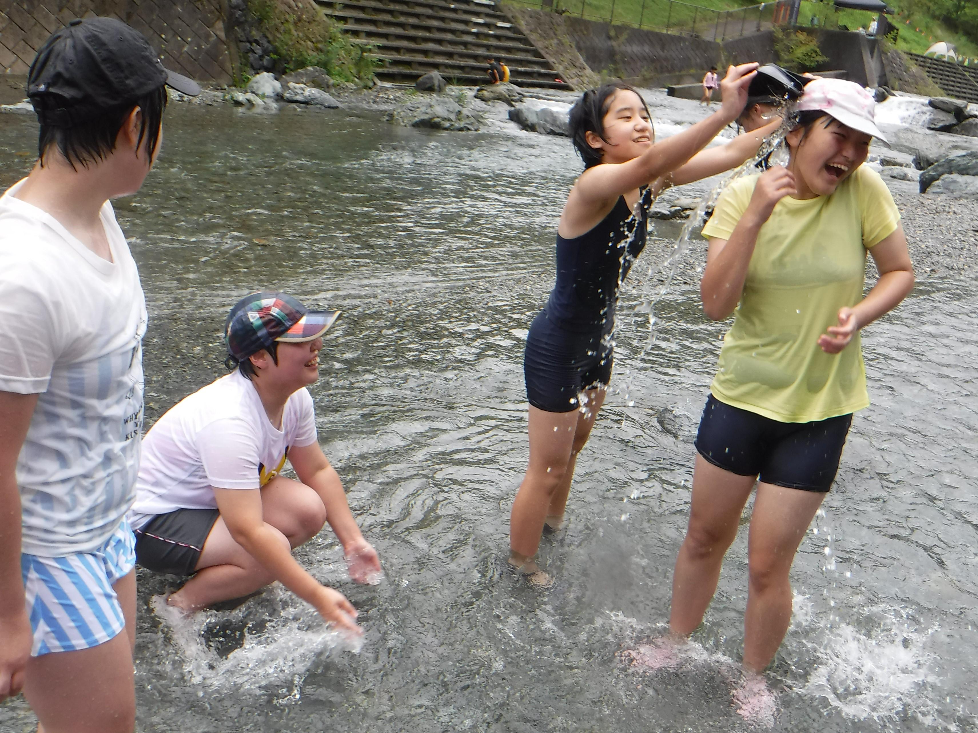 川遊び 川の水は冷たい!!