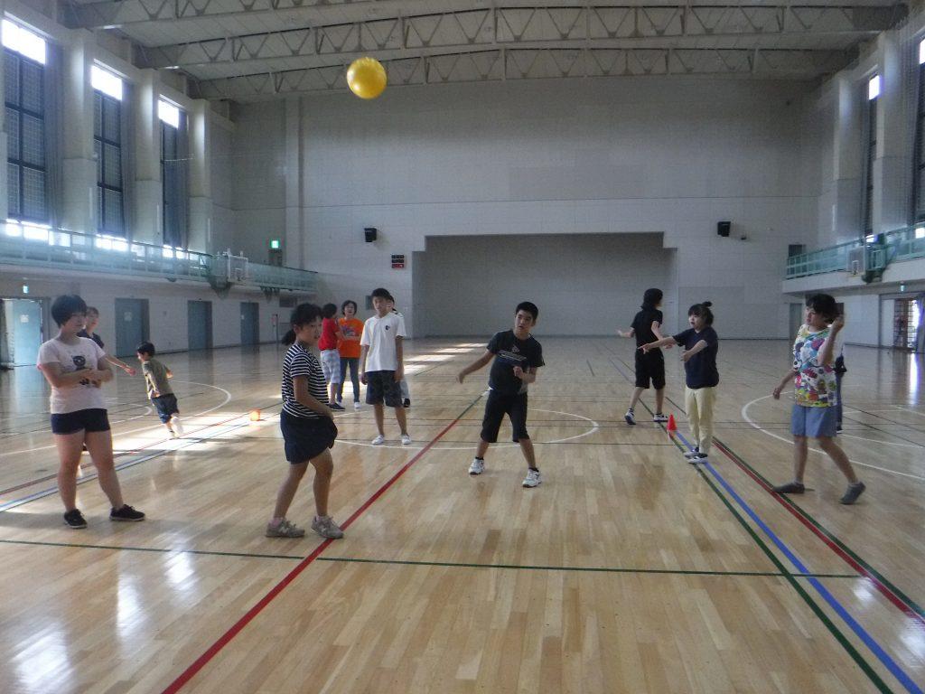 ドッジボール 今日は体育館でドッジボールです。