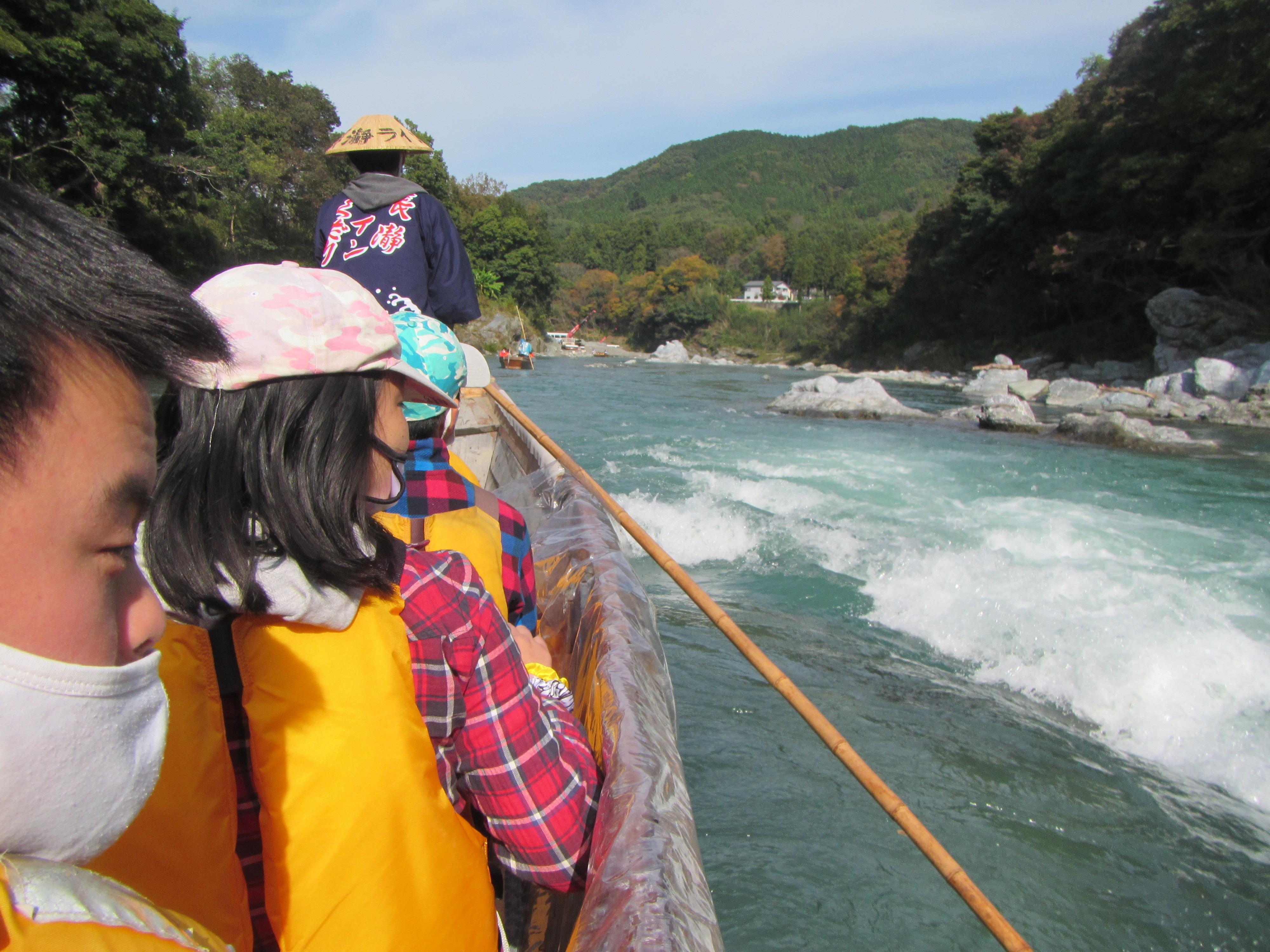長瀞ライン下り 水面近いし、岩すれすれ通るよね。