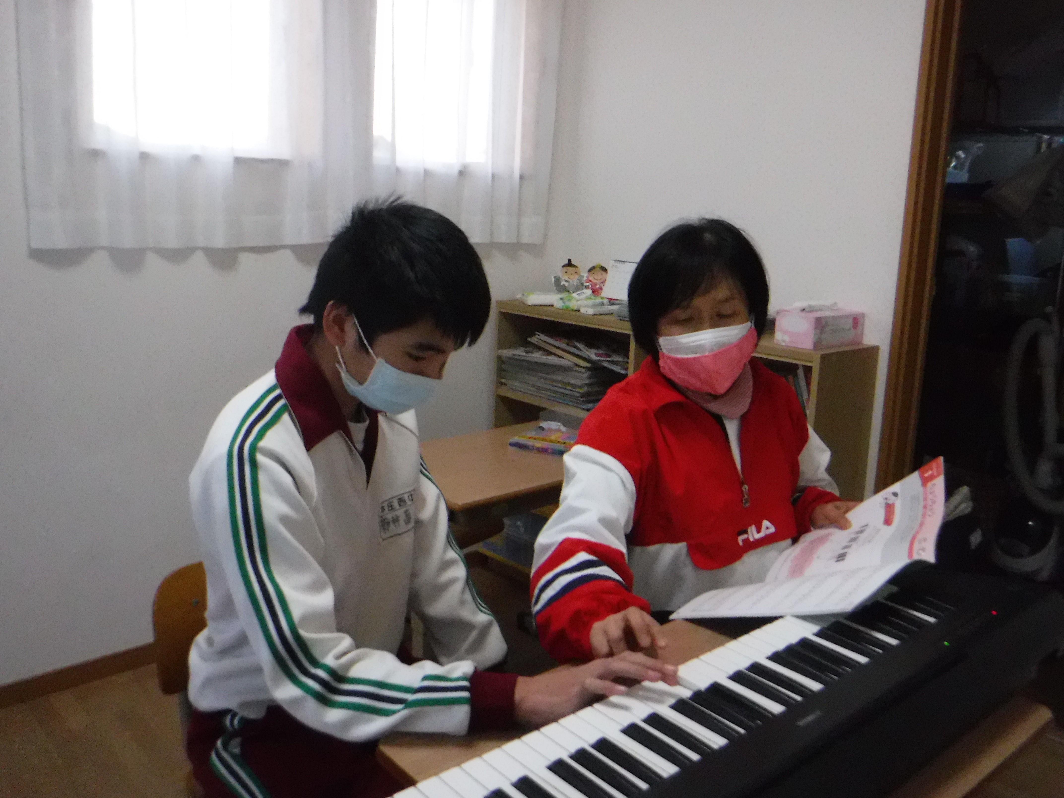 活動の様子 ピアノのレッスン、楽しく弾こう。