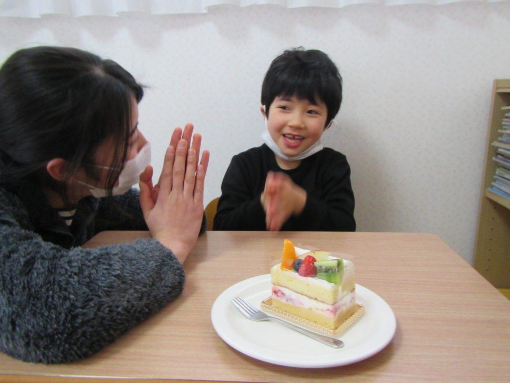 """ハッピーバースデイ """"お誕生日おめでとう、みんなで食べよう。"""""""