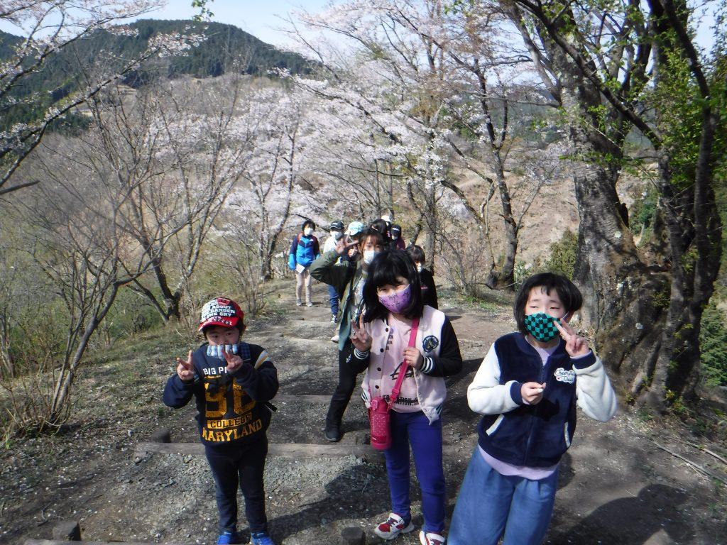 桜山公園ハイキング 全員、山頂目指して登ります。