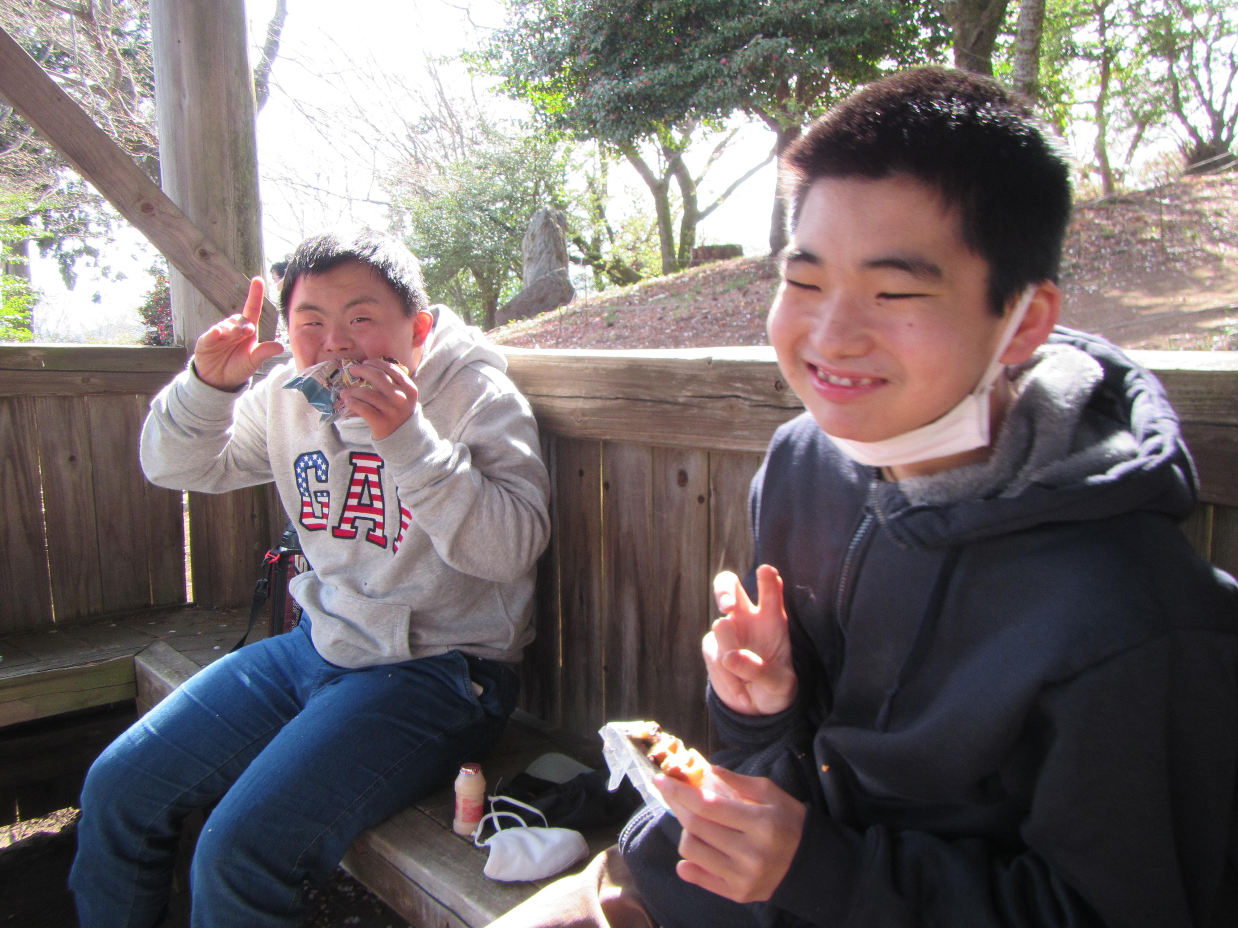 桜山公園ハイキング 山頂でのおやつ、おいしい!!