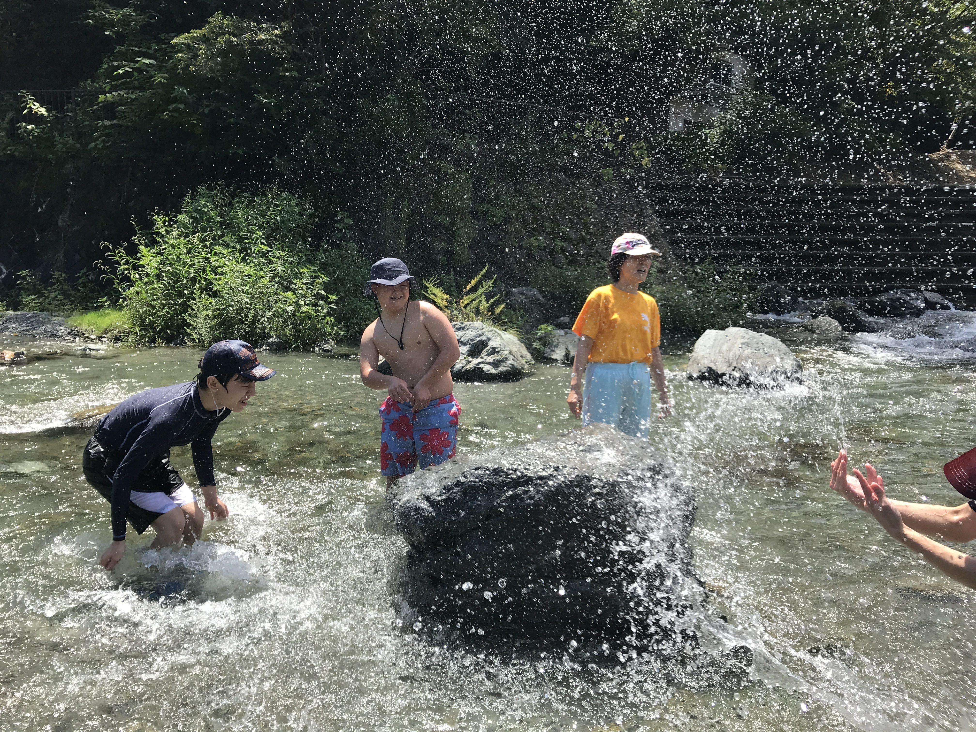 夏の思い出 川遊び 水のかけあいに夢中です。
