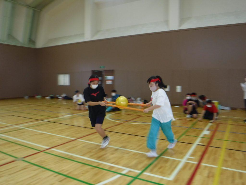 秋の運動会 ボール運びリレー 2人で上手く運ぼう